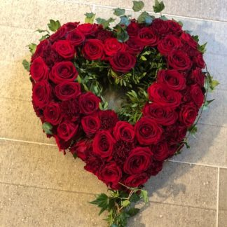 Sirligt blomsterhjärta med rosor